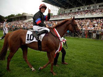 Jockey Mirco Demuro auf seiner siegreichen Stute Feodora.