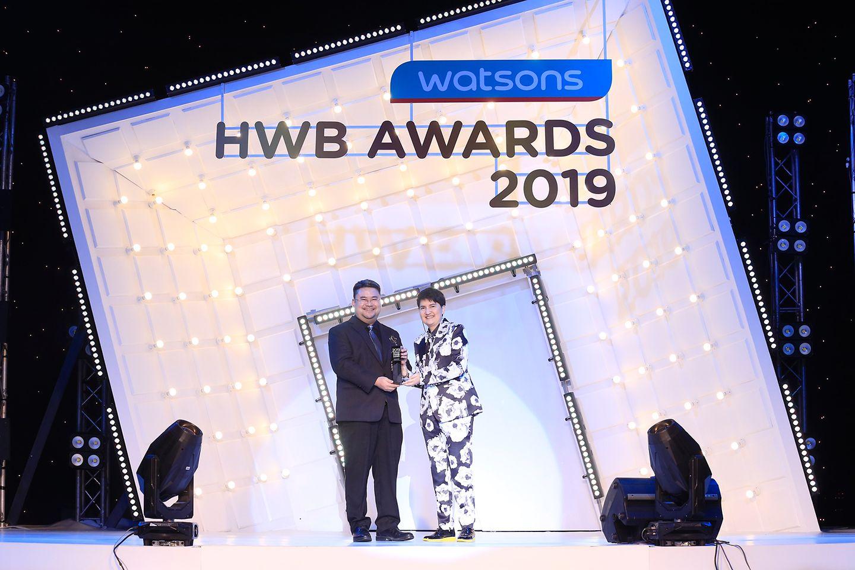 พูนเพิ่ม ชยางคเสน ผู้จัดการทั่วไปแผนกค้าปลีกผลิตภัณฑ์ความงาม บริษัทเฮงเค็ล ประเทศไทย รับรางวัลสเปรย์จัดแต่งทรงผมที่ขายดีที่สุด สำหรับผลิตภัณฑ์ชวาร์สคอฟ ทัฟท์ พาวเวอร์ แฮร์ แลคเกอร์ เมกก้า สตรอง จาก นวลพรรณ ชัยนาม ผู้อำนวยการฝ่ายการตลาด บริษัทวัตสัน ประเทศไทย