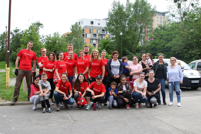 Dobrovoľníci Henkel Slovensko spolu s obyvateľmi ubytovne Fortuna odpratávali odpadky z okolia ubytovne v bratislavskej Dúbravke