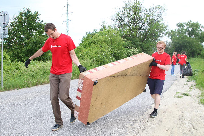 Dobrovoľníci Henkel Slovensko čistia dúbravské lesy od odpadkov a pohodeného nábytku