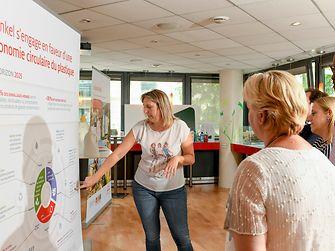 Présentation de la stratégie emballages 2025 aux équipes dans le cadre de l'exposition « Le Plastique chez Henkel »
