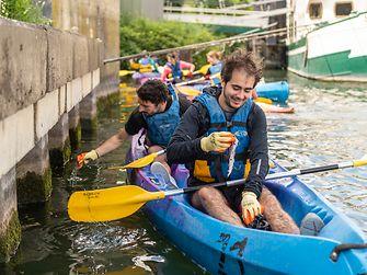 Un groupe s'attèle au ramassage des déchets en canoë dans la Seine,
