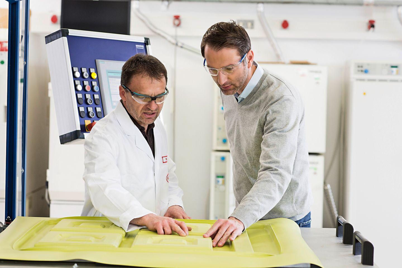 Henkel Connect wird derzeit in einem Pilotprojekt für 3D-Thermoforming getestet. Ein Sensor-Kit überwacht verschiedene Variablen wie Druck, Temperatur und Luftfeuchtigkeit