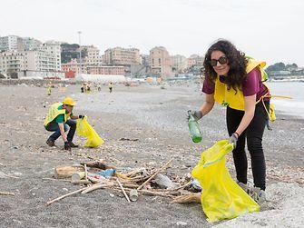 Raccolta di rifiuti sulla spiaggia