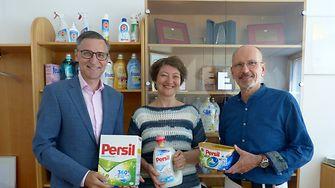 Henkel CEE unterstützt auch in diesem Jahr Auftakt GmbH mit einem Jahresbedarf an Waschmittel. V.l.n.r. Mag. Georg Grassl (General Manager Henkel Laundry & Home Care Österreich), Mag. Irene Luftensteiner und Mag. Robert Winklehner (beide Auftakt GmbH).