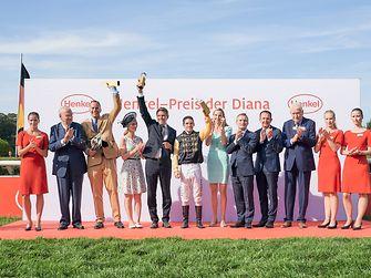 Siegerehrung: Der Henkel-Preis der Diana 2019 geht an Jockey Maxim Pecheur und die Stute Diamanta.