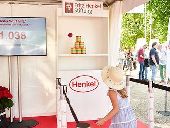 Am Henkel-Renntag konnten die Besucher – ob groß oder klein – beim Dosenwerfen zur Spendenaktion für zwei soziale Projekte in Düsseldorf teilnehmen.