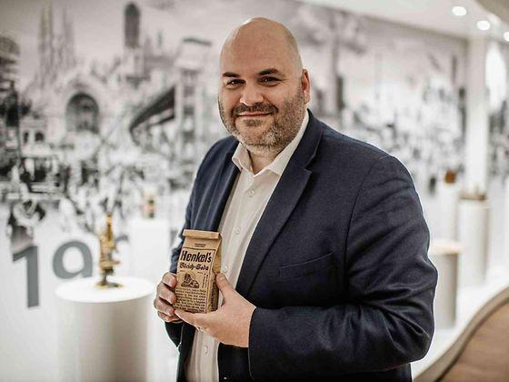 Benjamin Obermüller, Konzernarchivleiter von Henkel, hält Henkels Bleich-Soda in seinen Händen