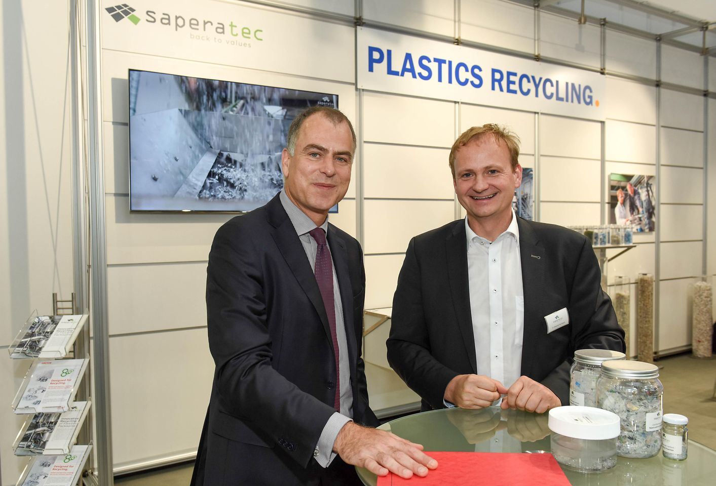 Jan-Dirk Auris, Executive Vice President Adhesive Technologies, met with Saperatec GmbH founder and CEO Dr. Sebastian Kernbaum at K2019 in Düsseldorf.
