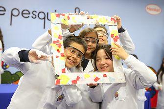 Alunos do 4º ano do ensino fundamental do município de Itapevi se divertem com o resultado do experimento feito por eles.