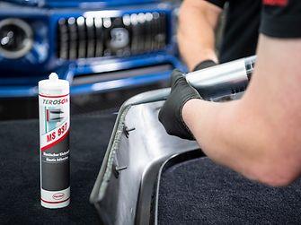 Verklebung eines aerodynamischen Spoilers mit der Fahrzeugkarosserie unter Einsatz von Teroson MS-937, einem primerlosen, feuchtigkeitshärtenden elastischen Ein-Komponenten-Klebstoff von Henkel.