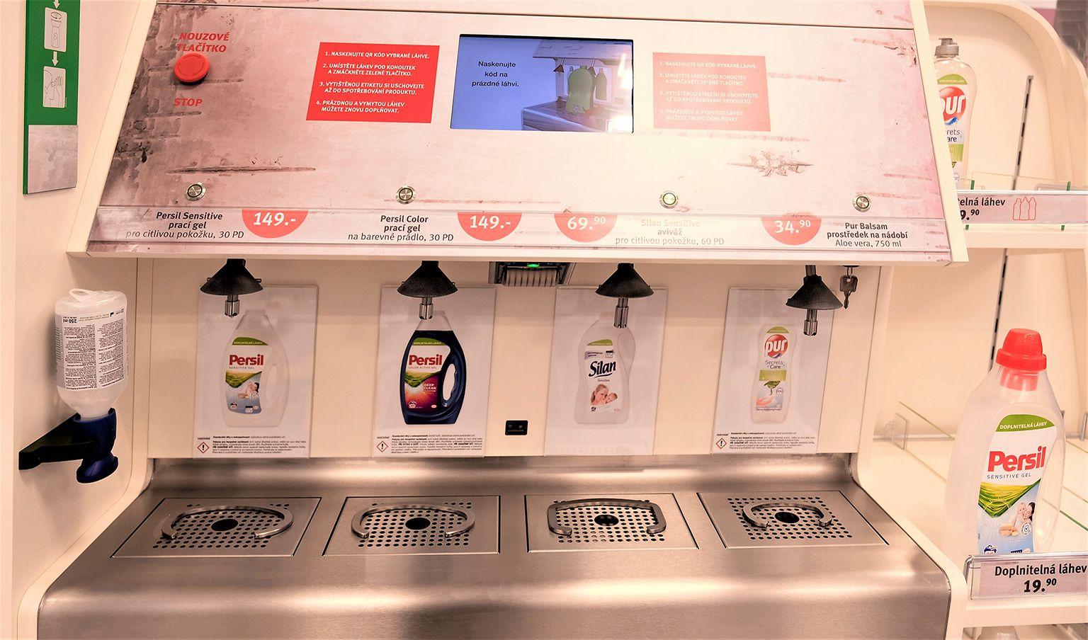 Při příchodu do prodejny si zákazník vybere prázdnou láhev libovolného Henkel výrobku a naskenuje její kód přímo v plnicí stanici.