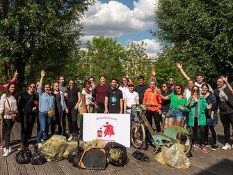 """Henkel-Mitarbeiter in Frankreich nehmen an den """"Trashfighter""""-Aktionen teil, um Plastikabfall zu sammeln und auf Umweltverschmutzung aufmerksam zu machen."""