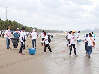 Henkel-Mitarbeiter in Thailand sammeln Plastikmüll, Fischernetze und Glasflaschen an lokalen Stränden.